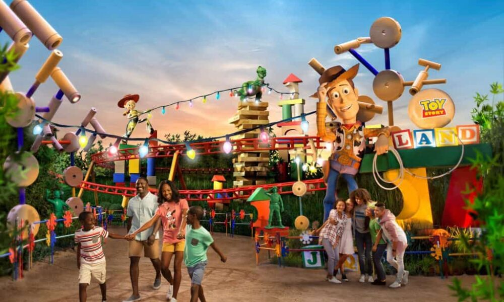 Toy-Story-Land-entrance-at-Disney-World-1024x653